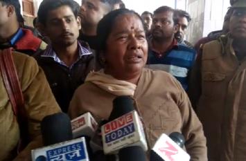सरकारी अस्पताल में मरीजों को नहीं मिलता है भोजन, केंद्रीय मंत्री अनुप्रिया के सामने रोने लगी महिला, देखें वीडियो