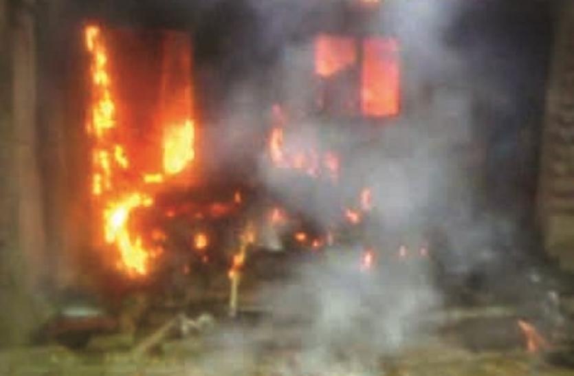 दबंगों का कहर : मजदूरी से इनकार पर बरसाए डंडे, फूंका दलितों का घर