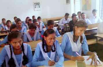 ऐसा स्कूल जहां हाईस्कूल के विद्यार्थी पढ़ रहे हैं प्रायमरी में, पढ़ें खबर