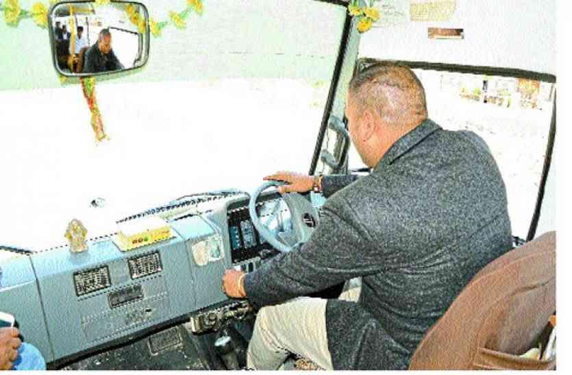 Action: स्कूल बस चालक मोबाइल पर बात करते पकड़ाया, लाइसेंस निरस्त