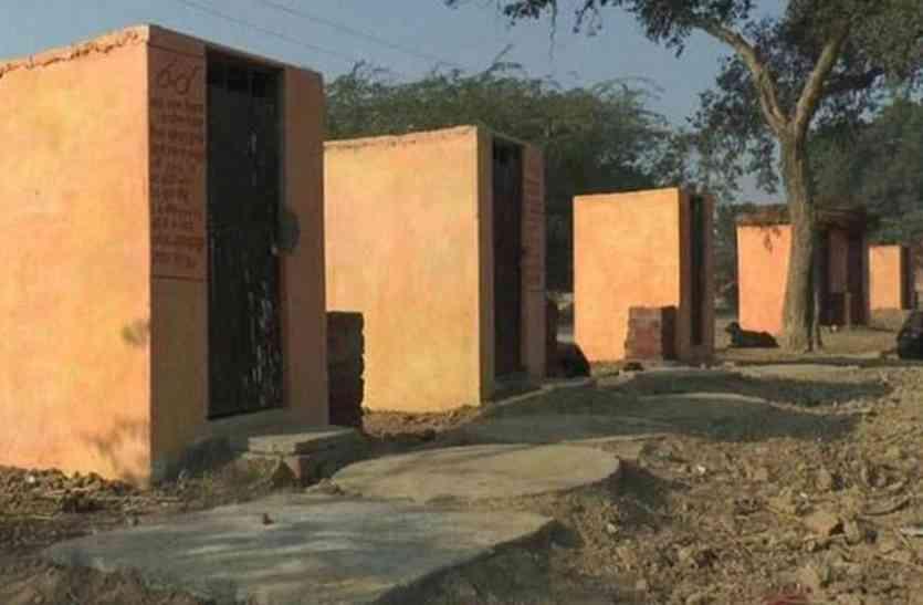 उत्तर प्रदेश में हज हाउस के बाद अब शौचालय हुए भगवा