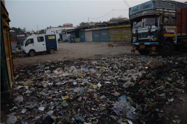 शहर में लगे कचरे के ढेर, नंबर एक होने की राह में रोड़े