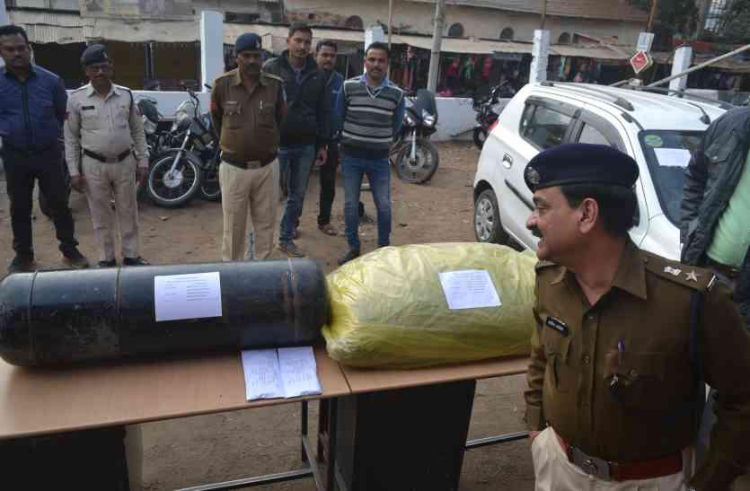 तस्कर गिरफ्तार, कार की गैस किट में छिपा रखा था ४० किलो गांजा