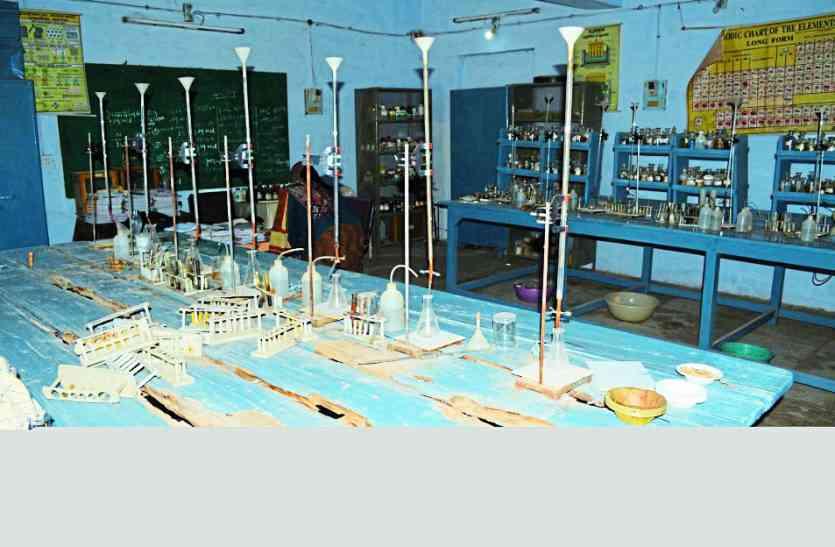 MP में यहां सरकारी स्कूल में लैब की टेबल खा गईं दीमकें, सच्चाई सुनकर दंग रह जाएंगे