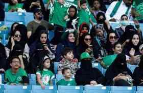 सउदी अरब में महिलाओं ने पहली बार स्टेडियम में बैठकर देखा फुटबॉल मैच, देखें तस्वीरें