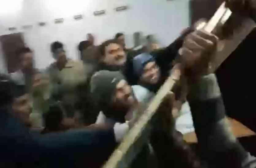 भाजपा सांसद व विधायक समर्थकों के बीच जमकर चले लात-घूसे, पुलिस दिखी असमर्थ