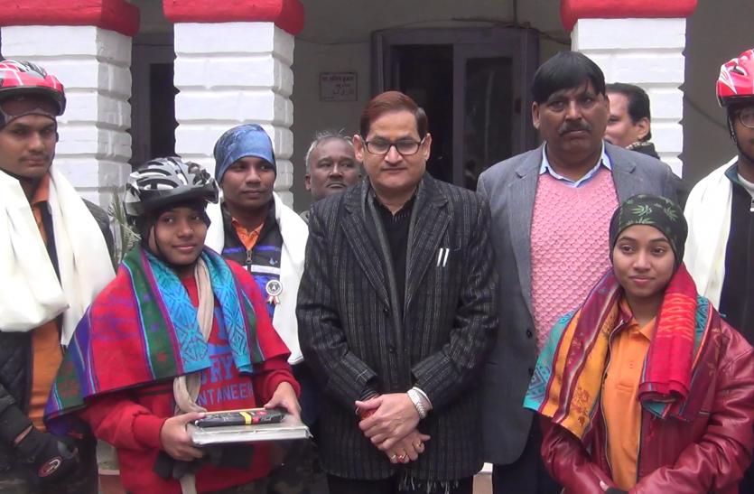 शाबास : पीएम मोदी के बेटी बचाओ अभियान से प्रभावित ये युवा साईकिल से कर रहे हैं देश भ्रमण