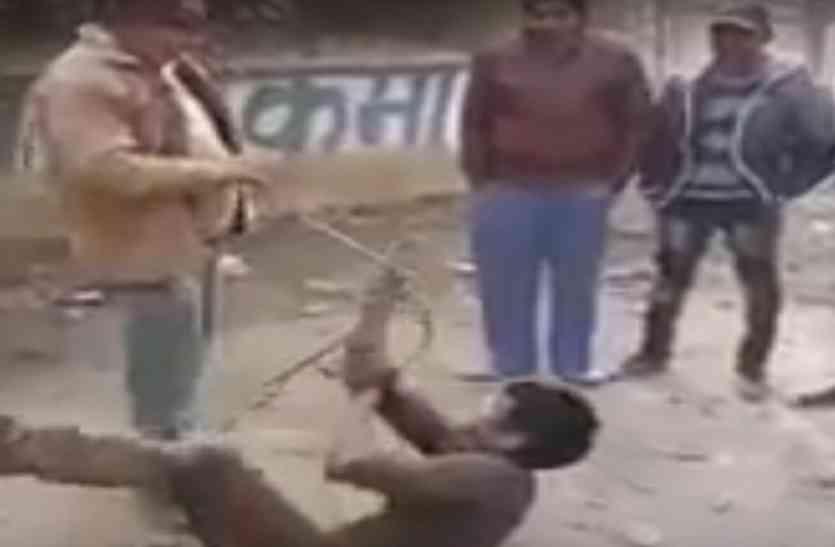 Video: सीएम योगी के राज में चोर को दी तालिबानी सजा, पब्लिक ने चोर को बेहरमी से पीटकर किया अधमरा