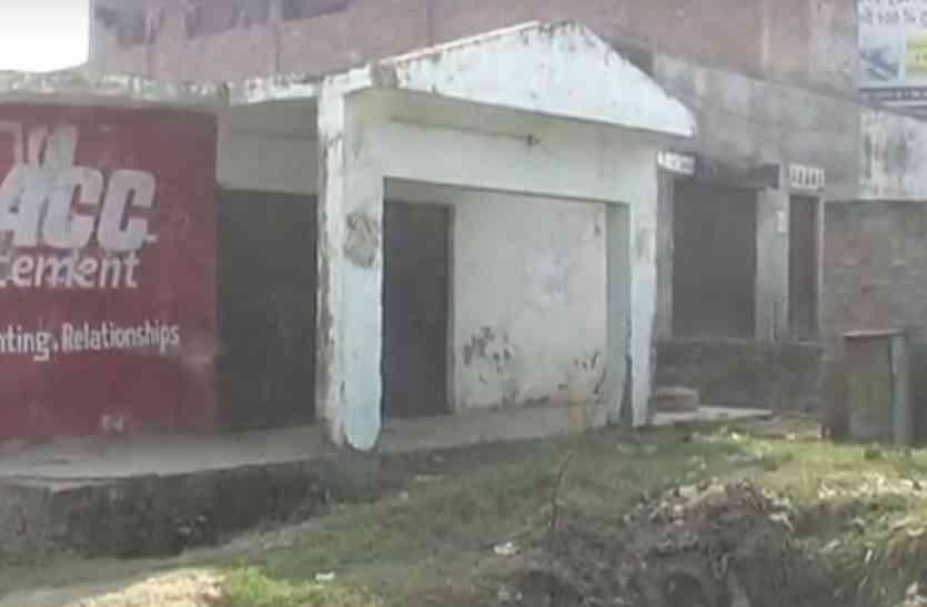 टॉयलेट पर कब्जा कर सचिव ने बनाया स्टोर रूम, विरोध करने पर दी जेल भिजवाने की धमकी