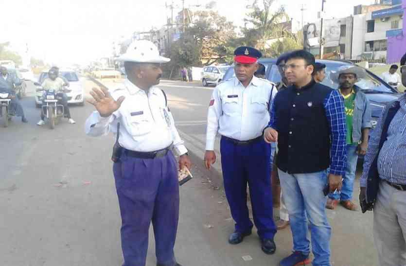 Breaking : शहर के तीन प्रमुख चौक से गुजरने वाले राहगीरों को गुलाब का फूल थमाएगी पुलिस, आखिर क्यों यहां पढ़े