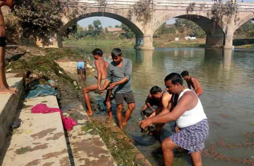 नजीर: कड़ाके की ठण्ड में कुछ इस तरह नदी में उतरे युवा, ये है बड़ी वजह