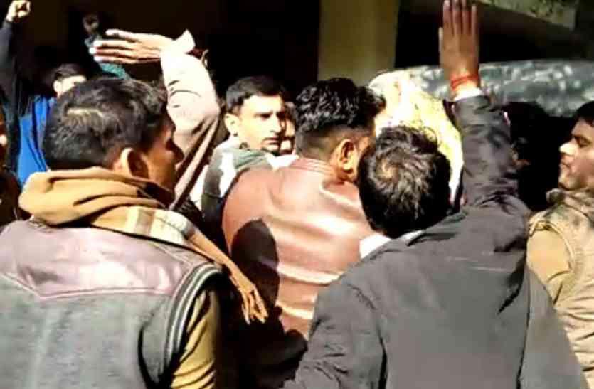बागपत कोर्ट में लव जिहाद के नाम पर हिंदू युवा वाहिनी ने की तीन युवकों की धुनाई, देखें वीडियो-