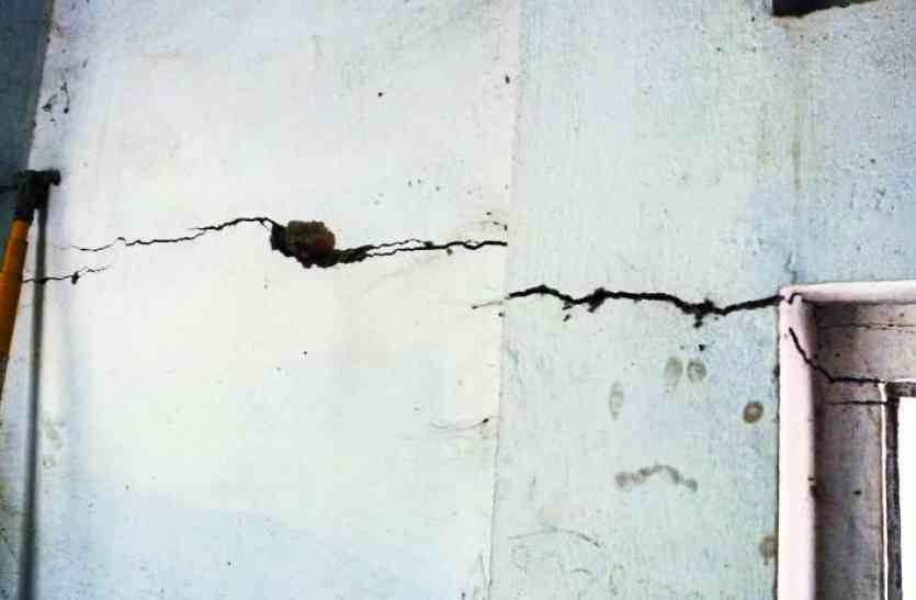 जीएसएस भवन क्षतिग्रस्त, कीचड़ से गुजरने की मजबूरी