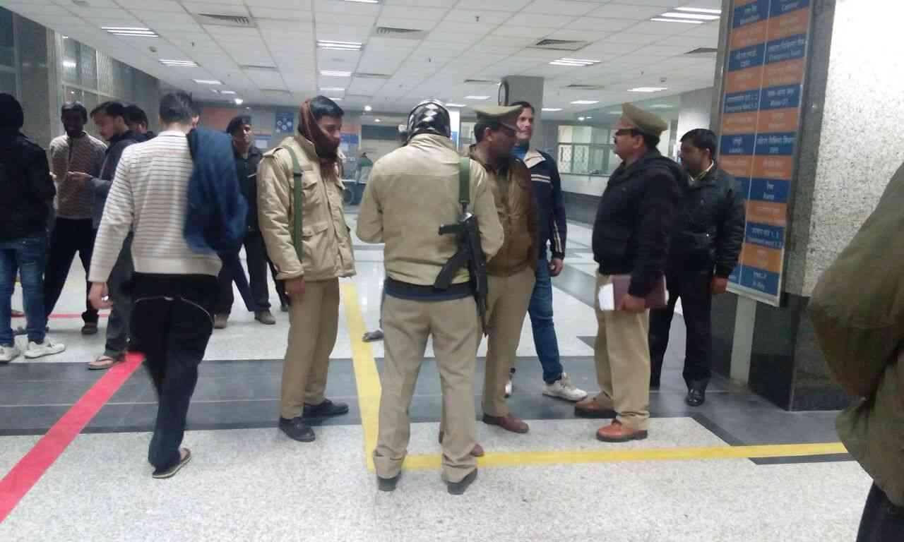 बीएचयू बवाल के बाद ट्रामा सेंटर में घायल मरीजों की रक्षा में पुलिस