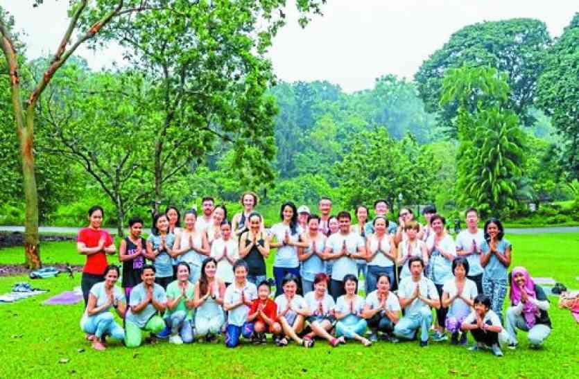 शहर की टीचर ने विदेशियों को सिखाया योग, अब सैकड़ों की संख्या में शिष्य, वे भी देेने लगे दूसरों को ट्रेनिंग