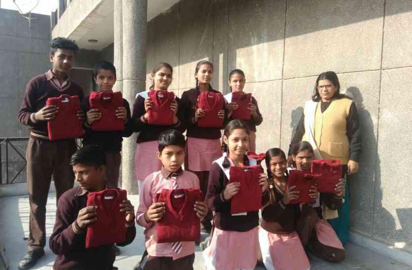 पत्रिका असरः आधी ठंड बीतने के बाद प्राइमरी स्कूलों में बच्चों को मिले स्वेटर