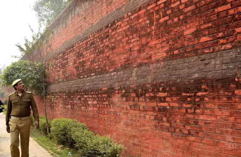 नशीली मिठाई खिलाई, ब्लेड से सलाखें काटीं फिर तीन बांग्लादेशी फांद गए जेल की दीवार