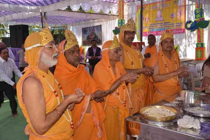 मंदिर विस्तार भूमिपूजन व शिलान्यास कार्यक्रम में शामिल हुए जैन समाज के लोग