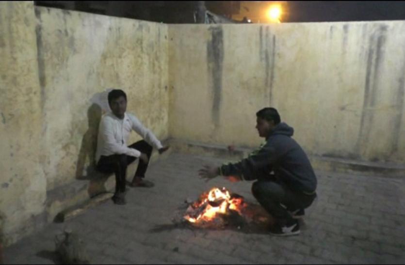 एक्सक्लूसिव: गरीबों के हक पर डाका, अलाव की लकड़ी अपने घरों में डलवा रहे अफसर, देखें वीडियो