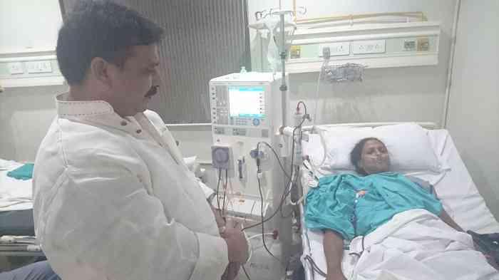 बीमार संगीता को देखते विधायक रवींद्र जायसवाल