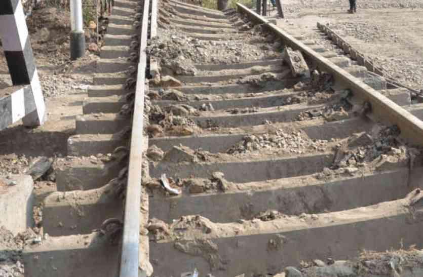 ठिठुरन से घटी ट्रेनों की गति, पटरी पर मंडराया खतरा
