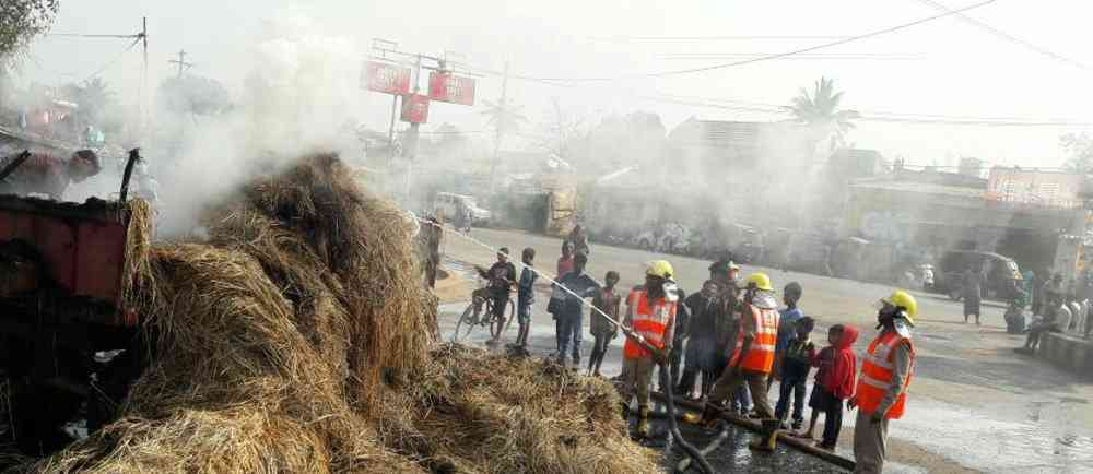 कर्मी कड़ी मशक्कत करते नजर आए आग पर काबू पाने