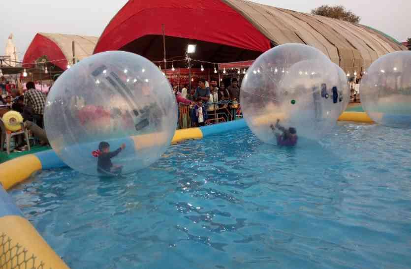 fun ..गुब्बारे में बैठे, बच्चों ने की पानी में सैर, गुडिय़ा के बाल व भेलपुरी का लिया आनंद