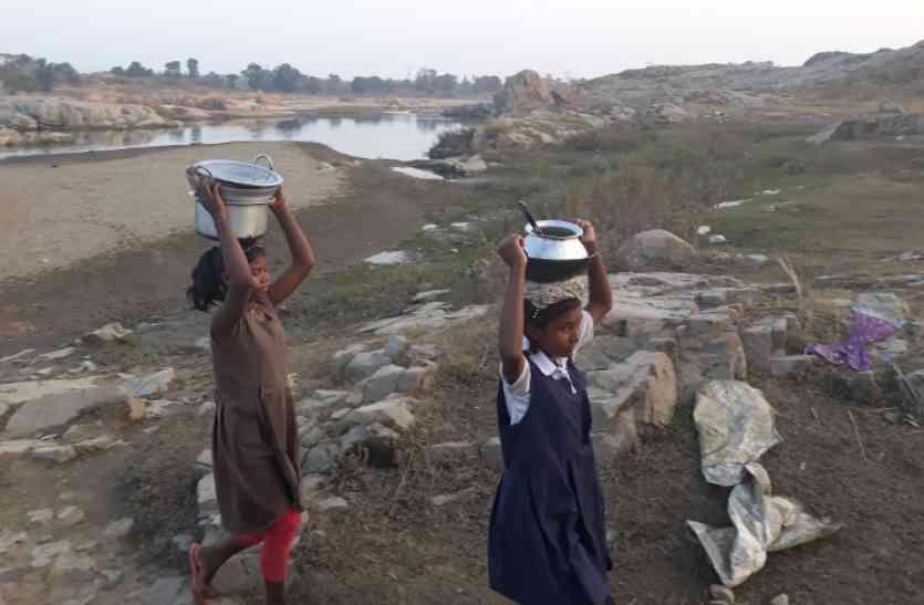 पत्रिका विशेष : आखिर क्यों इस गांव के लोग खाना पकाने के लिए हैंडपंप के पानी का नहीं करते इस्तेमाल, पढि़ए खबर...