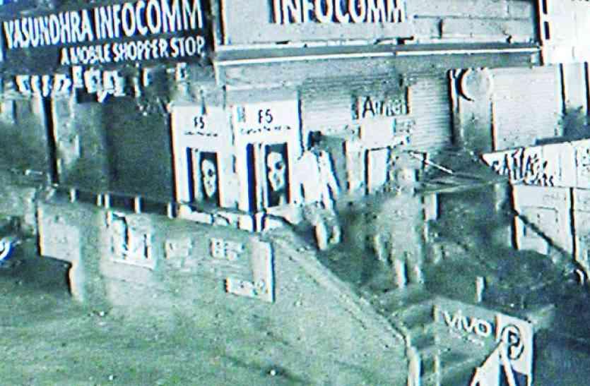 शोरूम से 20 मिनट में चुराए 6 लाख रुपए के मोबाइल, सीसीटीवी में कैद हुई पूरी घटना