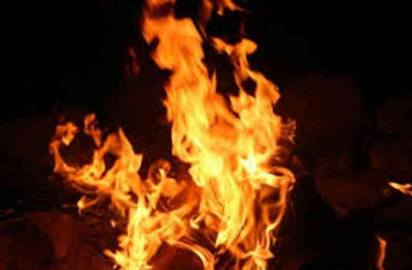 आग ताप रही महिला को आया चक्कर, फिर हुआ दिल दहलाने वाला हादसा