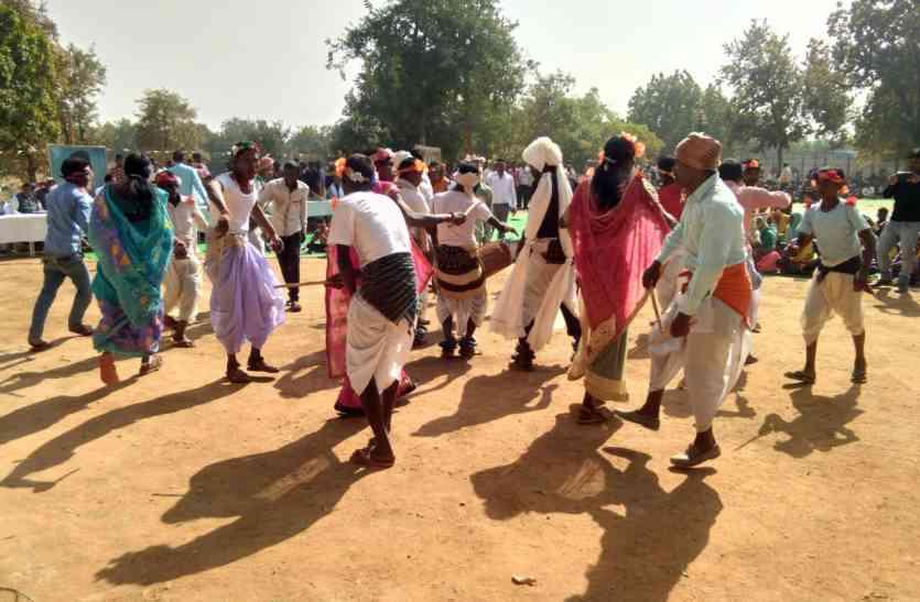 मकर संक्रांति उत्सव में दिखा आदिवासी करमा नृत्य