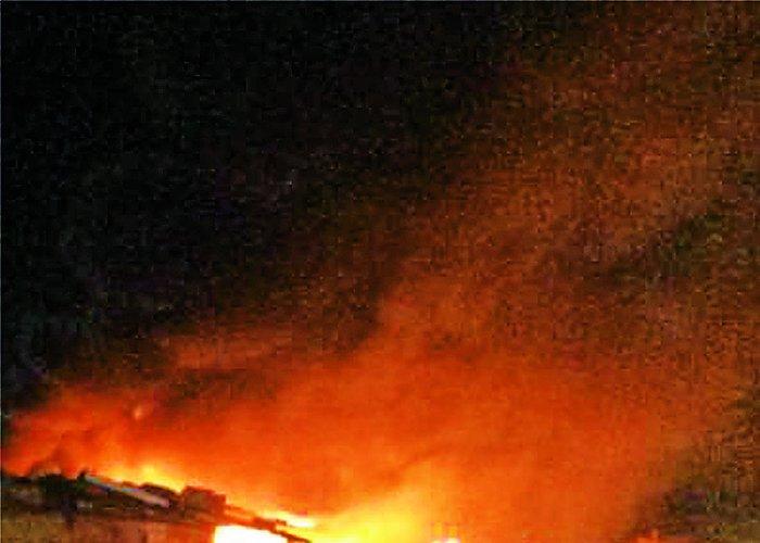 शॉर्ट सर्किट से आग, तीन दुकानें स्वाहा