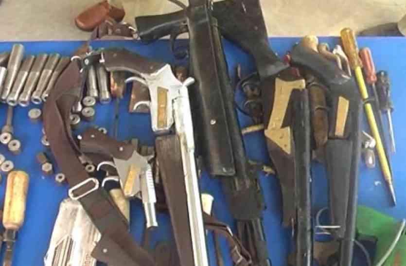 मुजफ्फरनगर में पुलिस ने पकड़ी सपा नेता की तमंचा फैक्ट्री-देखें वीडियो
