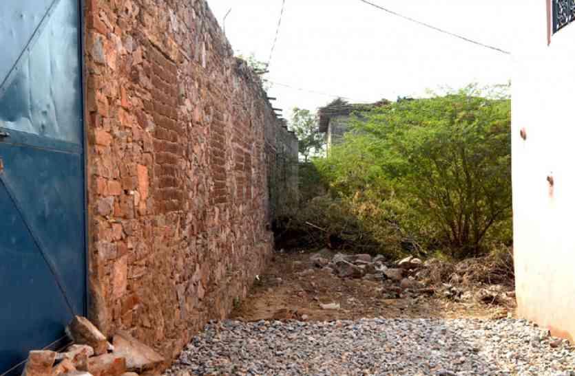 अतिक्रमियोंं के हौसले बुलंद, पंचायत प्रशासन  है मौन, मुख्य मार्ग पर किया दीवार का निर्माण