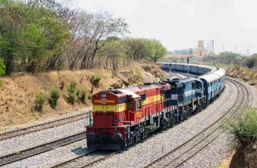 मुंबई लखनऊ ट्रेनें घंटो लेट, रात को सर्द हवाओं ने रोकी रफ्तार