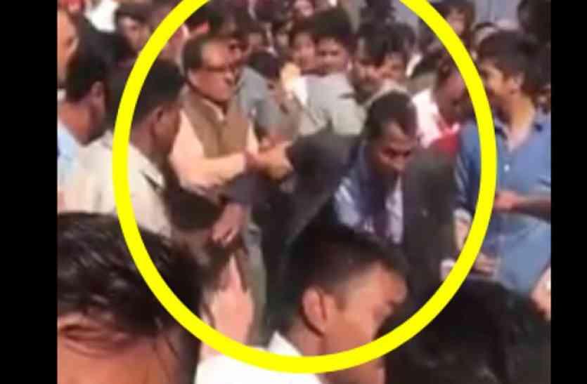 MP के सीएम को आया गुस्सा, भरी सभा में युवक को जड़ दिए थप्पड़, देखें VIDEO