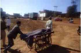 मानवता शर्मसार: सरकारी एम्बुलेंस अस्पताल में खड़ी रही,पोस्टमार्टम के लिए ठेले पर ले जाना पड़ा शव- देखें वीडियो
