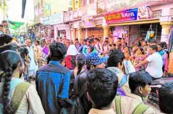 बांसवाड़ा : प्रेम प्रसंग को लेकर बाजार में भिड़ी दो युवतियां, फाड़ दिए एक दूसरे के कपड़ें