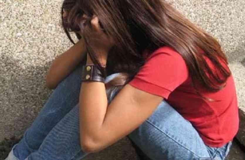 यूपी के आजमगढ़ में मारपीट के बाद युवती को निर्वस्त्र करने का आरोप