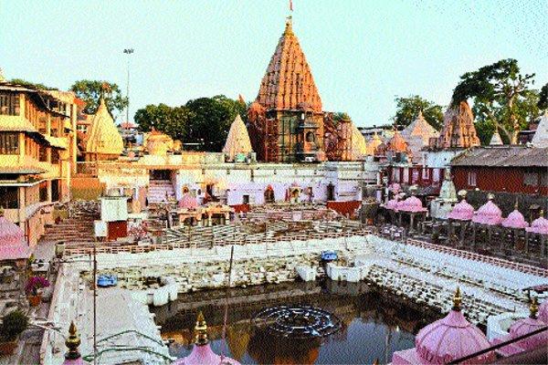 मंदिर की भव्यता व कुंड की सुंदरता पर संकट