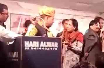 अलवर में भाजपा की सभा में विरोध करने मंच पर पहुंची महिला को मारा थप्पड़, मंच से गिरी महिला