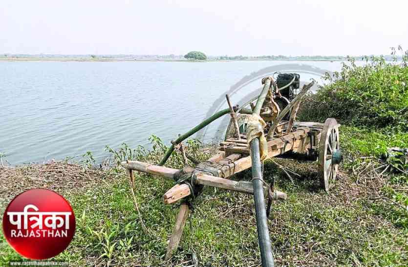 डूंगरपुर : आंगन में पानी, पर राह में बाधाएं हजार, खेतों की प्यास बुझाने को किसान है लाचार