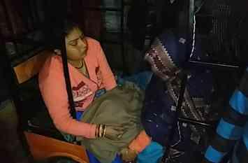 तेज रफ्तार वाहन ने महिला को कुचला, गुस्साए परिजनों ने की तोड़फोड़, देखें वीडियो-
