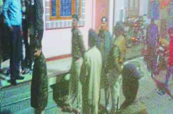 बदमाश ने पुलिस जवान सहित दो को मारे चाकू