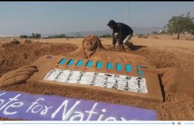 video : पुष्कर के धोरों में बालू मिट्टी पर आकृतियों बनाकर दिया मतदान का संदेश