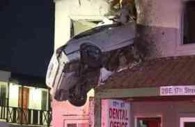 देखते ही देखते पहली मंज़िल में घुस गई कार, फिर हुआ ये चौंकाने वाला खुलासा: देखें तस्वीरें