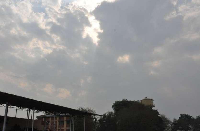 बादलों के पहरे के साथ सताने लगी धूप