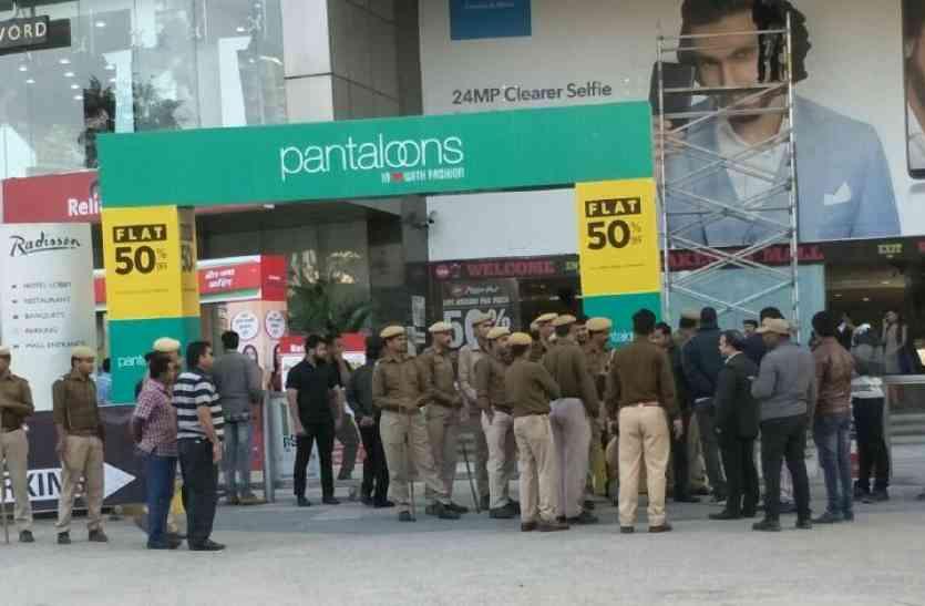 video :  पदमावत रिलीज से पहले उदयपुर में सिनेमाघरों के बाहर पुलिस बल तैनात, लाेेेगों से पूछताछ