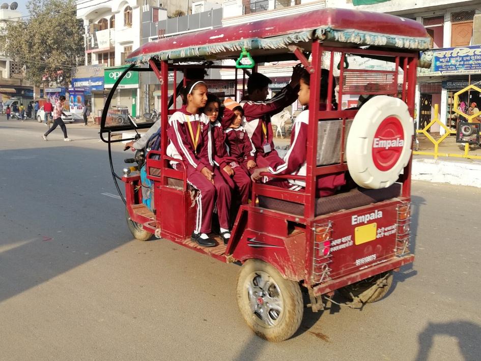प्रतिबंधित वाहनों में स्कूली बच्चे