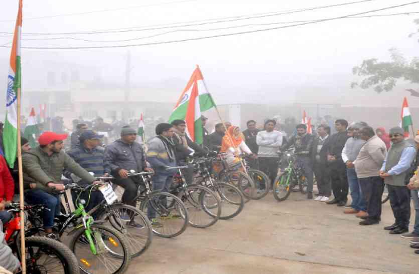 गणतंत्र दिवस से ठीक पहले तिरंगे झंडे साथ निकली साईकिल यात्रा- उत्साहित युवाओं ने दिया समाज को अनोखा संदेश
